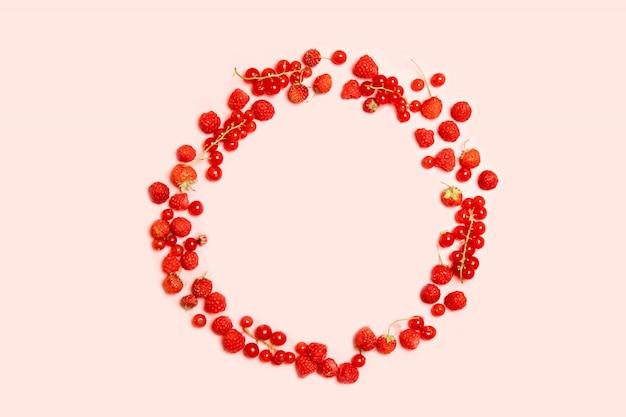 Marco de círculo de alimentos de grosellas rojas maduras, fresas y frambuesas