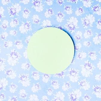 Marco de círculo de papel verde sobre fondo floral vintage