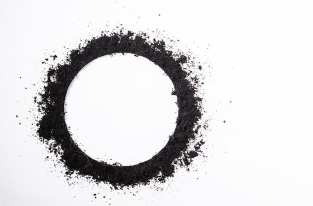 Marco de círculo redondo de tierra negra para planta.