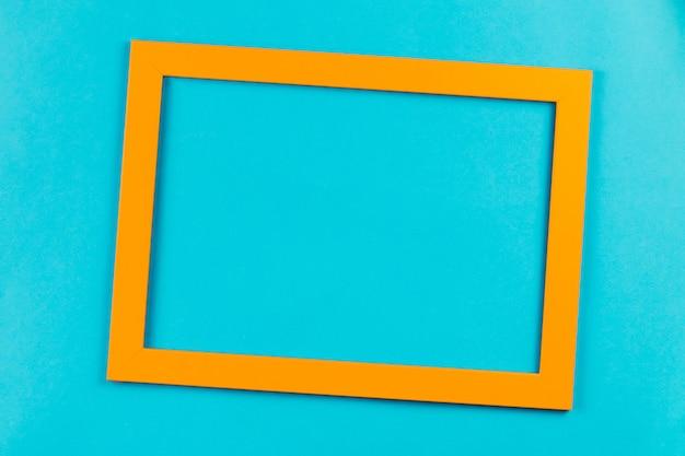 Marco de color naranja sobre fondo azul brillante.
