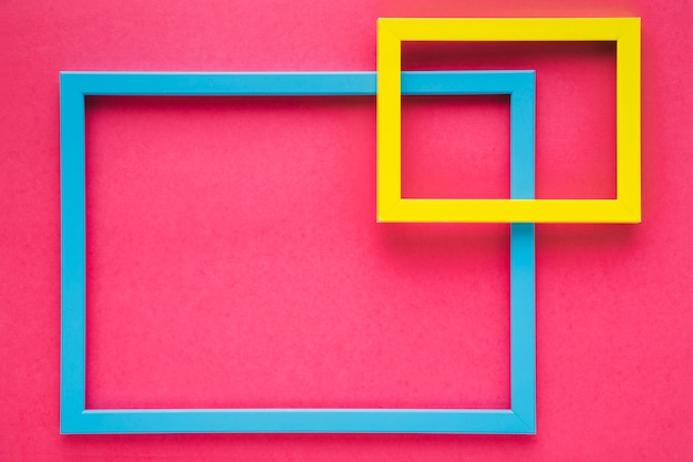 Marco de colores planos laicos sobre fondo rosa