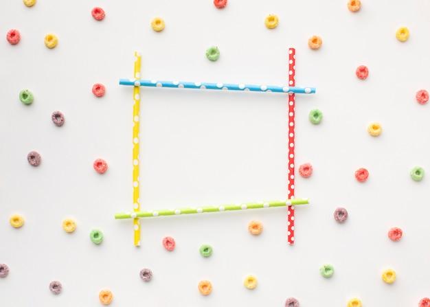 Marco colorido con pajitas y cereales