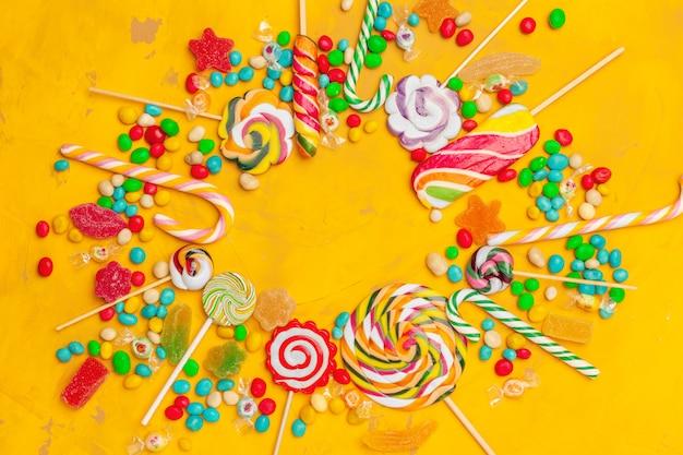 Marco de coloridos dulces surtidos brillantes