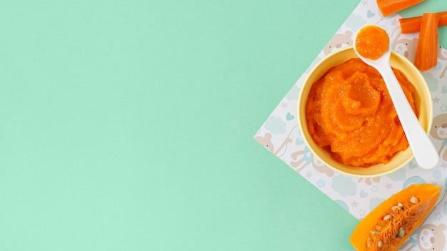 Marco de comida para bebé sobre fondo verde