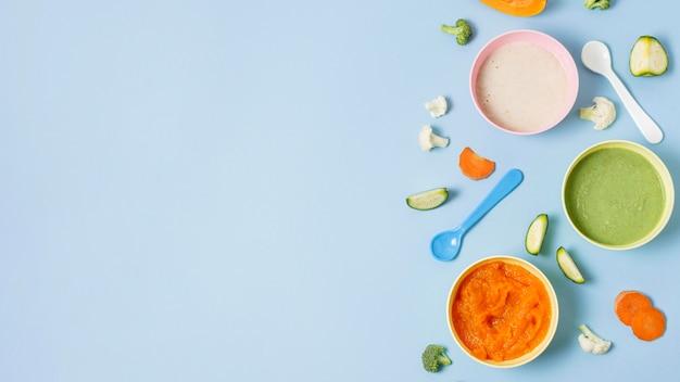 Marco de comida para bebés sobre fondo azul