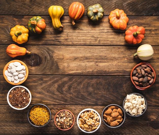 Marco de comida circular, plano, con verduras y granos.