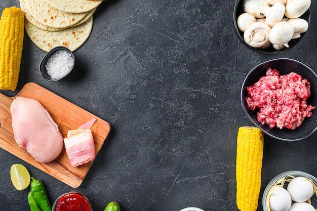 Marco de comida de cocina mexicana, ingredientes de taco crudo, sobre superficie de fondo con textura blacl, espacio de vista superior para texto.