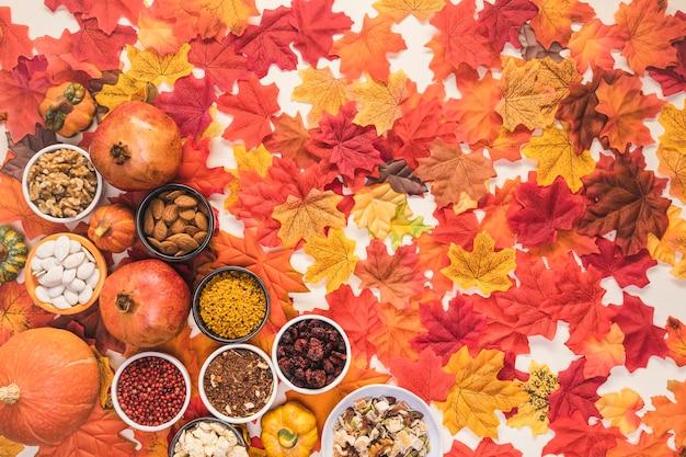 Marco de comida laica plana sobre fondo de hojas