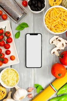 Marco de comida con maqueta de teléfono inteligente