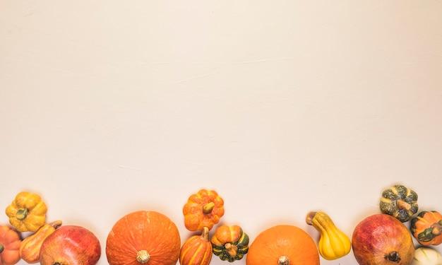 Marco de comida plana otoño con calabazas.