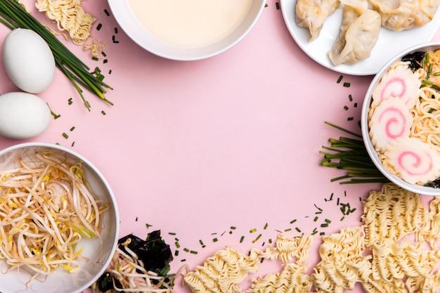 Marco de comida de sopa de ramen y albóndigas de vista superior