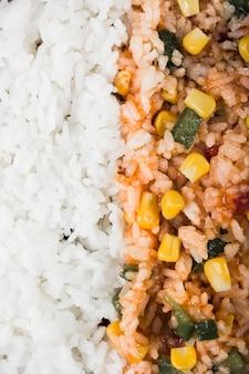 Marco completo de arroz al vapor y arroz frito con semillas de maíz y pimiento