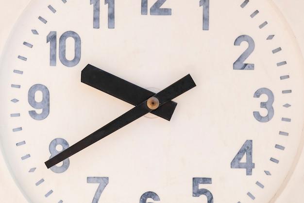 Marco completo del reloj de pared con dial de oficina en un estilo clásico