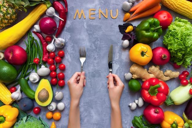 Marco de condimento con sabor picante colorido saludable con frutas y verduras antioxidantes orgánicas frescas de verano para menú vegano o vegetariano aislado sobre fondo gris. concepto de estilo de vida saludable