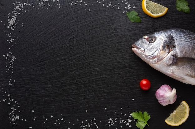 Marco con condimentos y pescado fresco.