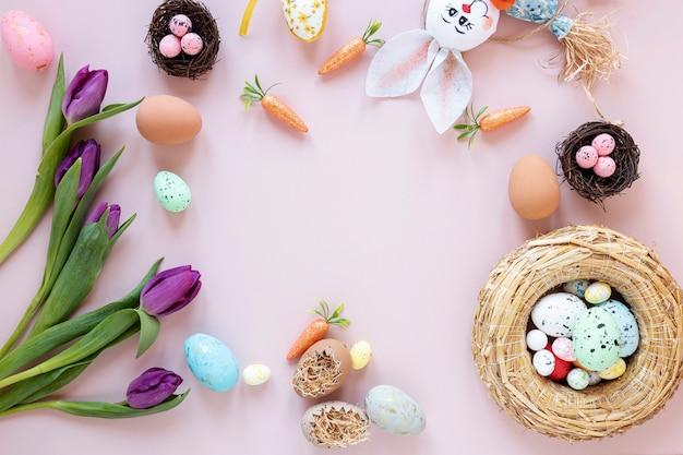Marco de conejo, flores y huevos.