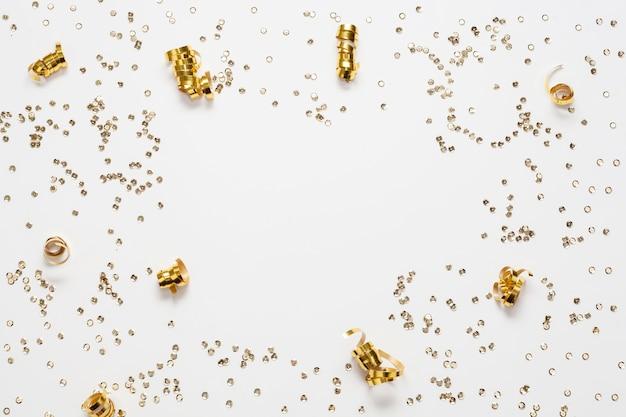 Marco de confeti dorado y espacio de copia