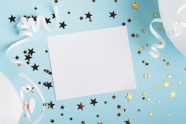 Marco con confeti estrellas y globos sobre fondo azul.