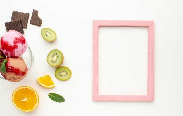 Marco con copa de helado en vaso con frutas