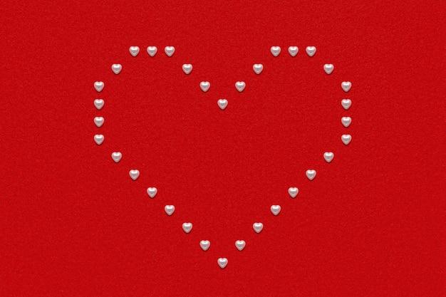 Marco de corazón de perlas sobre papel de terciopelo rojo, decoración de san valentín