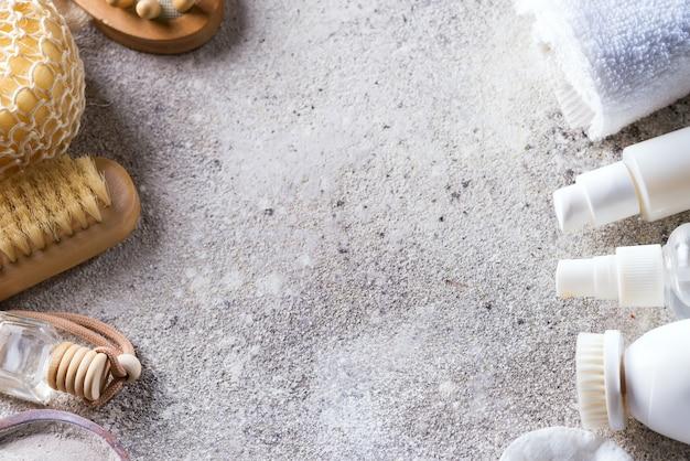 Marco cosmético blanco para el cuidado de la cara con baño ecológico en piedra clara
