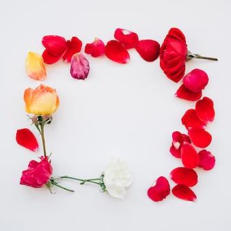 Marco cuadrado hecho de flores.