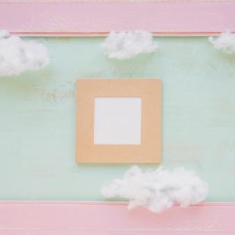 Marco cuadrado y nubes sobre fondo de color