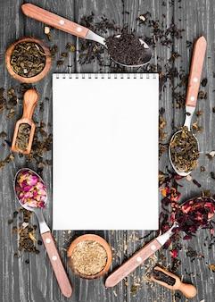 Marco de cucharas con té de hierbas