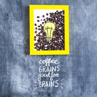 Marco de bombilla tostado granos de café y recorte de papel con texto en la pizarra