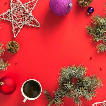 Marco de decoración navideña en vista superior de la mesa roja