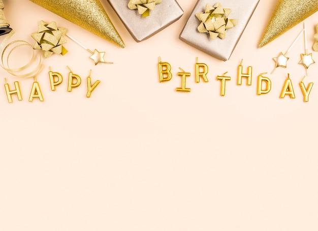 Marco de decoraciones de cumpleaños dorado plano laico