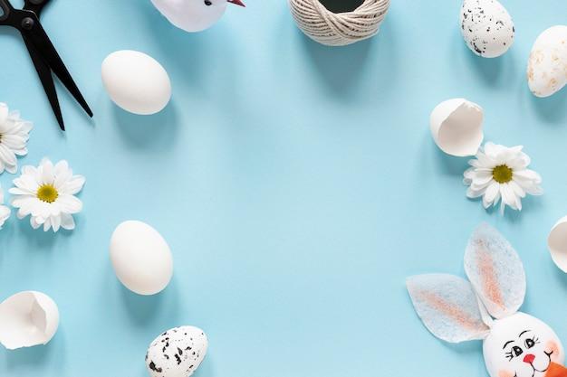 Marco de decoraciones y huevos para pascua