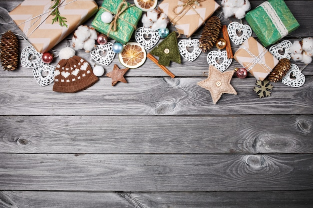 Marco de las decoraciones de navidad en una vieja mesa de madera. fondo de vacaciones de navidad
