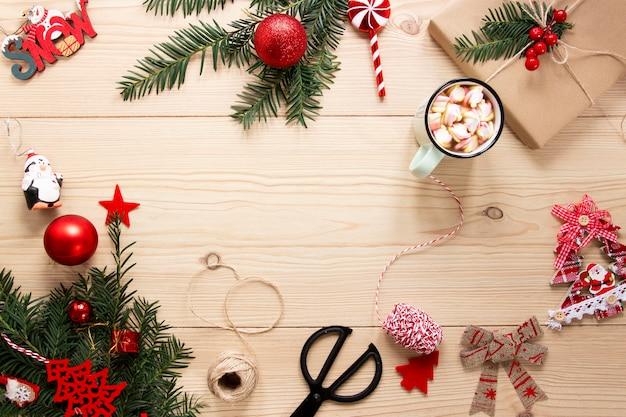 Marco de decoraciones navideñas con espacio de copia