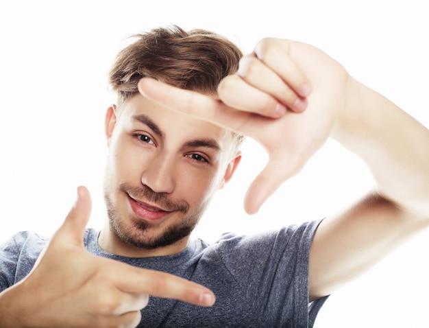 Marco de dedo gesticular alegre joven