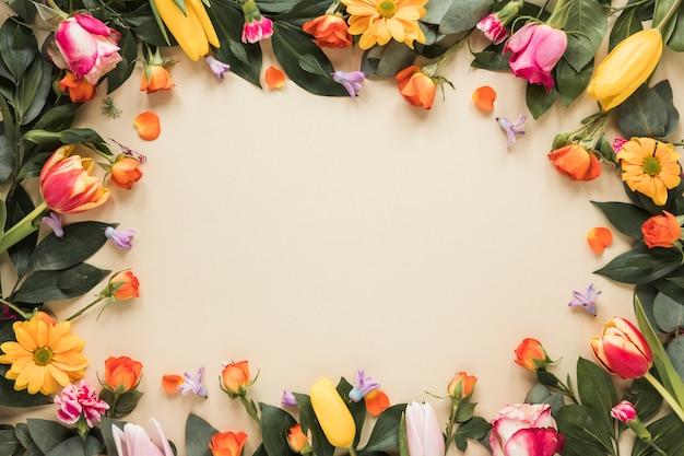Marco de diferentes flores sobre mesa.