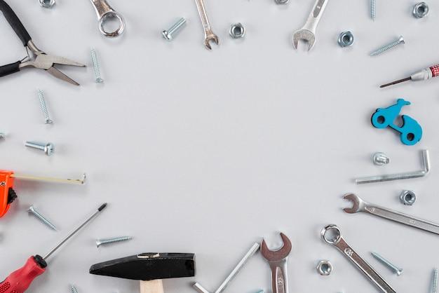 Marco de diferentes herramientas en mesa.