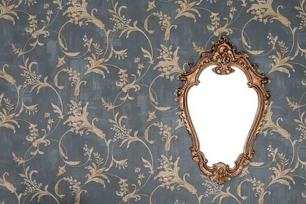 Marco dorado adornado en la pared de papel tapiz con trazado de recorte para el interior floral