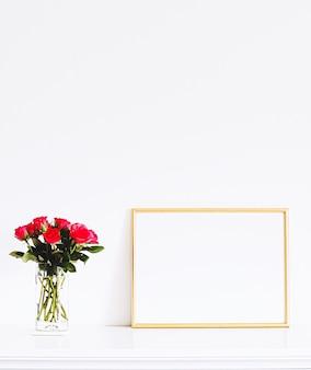 Marco dorado sobre muebles blancos, decoración y diseño de lujo para el hogar para la impresión de carteles de maquetas y escaparate de la tienda online de arte imprimible