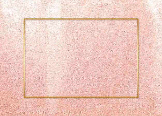 Marco dorado en tarjeta rosa.