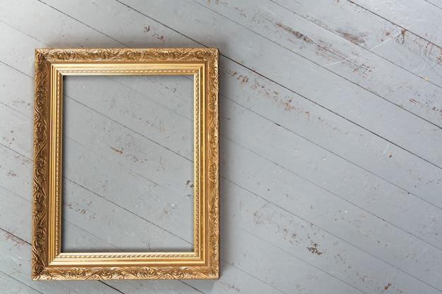 Marco dorado vintage aislado sobre fondo blanco.