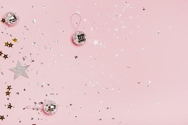 Marco de espacio de copia de vista superior con bolas de navidad plateadas y brillo