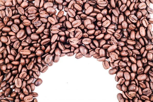 Marco de esquina de medio círculo de granos de café tostados