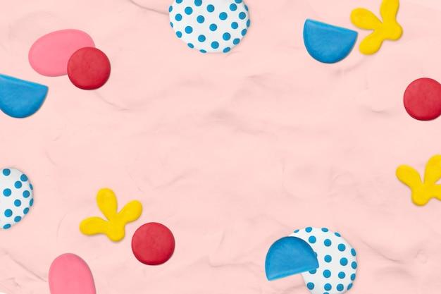 Marco estampado de arcilla para niños sobre fondo rosa con textura artesanía creativa para niños