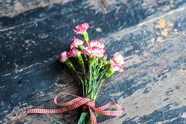 Marco festivo con flores de clavel