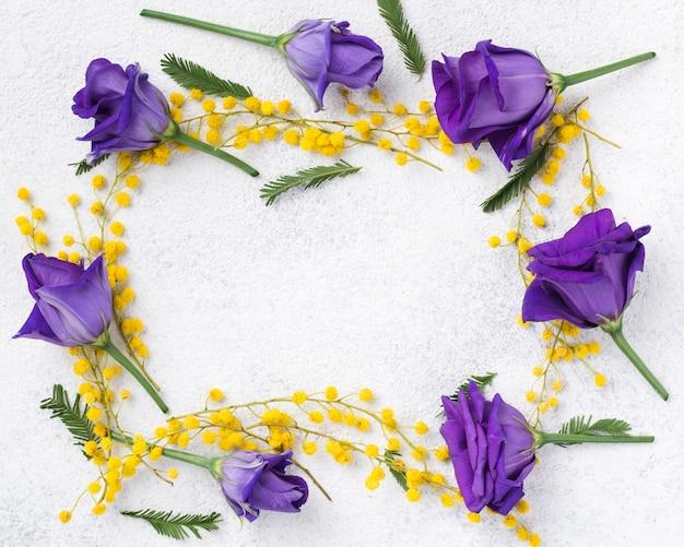 Marco floral colorido en mesa