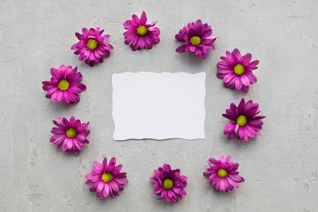 Marco floral con hoja de papel en blanco
