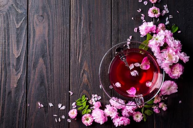Marco floral con taza de té