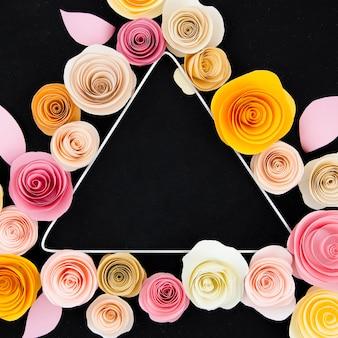 Marco floral con triángulo sobre fondo negro