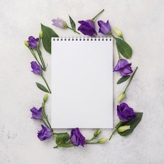 Marco de flores con cuaderno